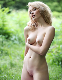 Model alissa in thickets